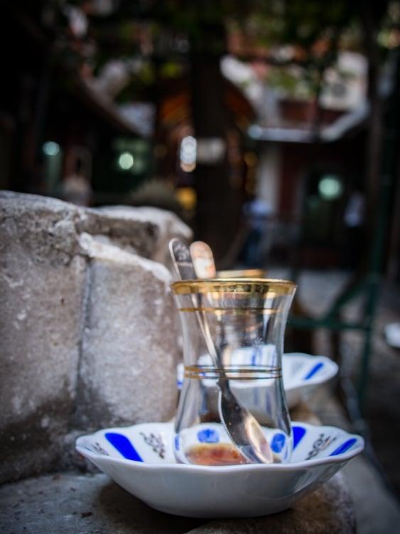 tasse de chai abandonnée dans un caravansérail à istanbul