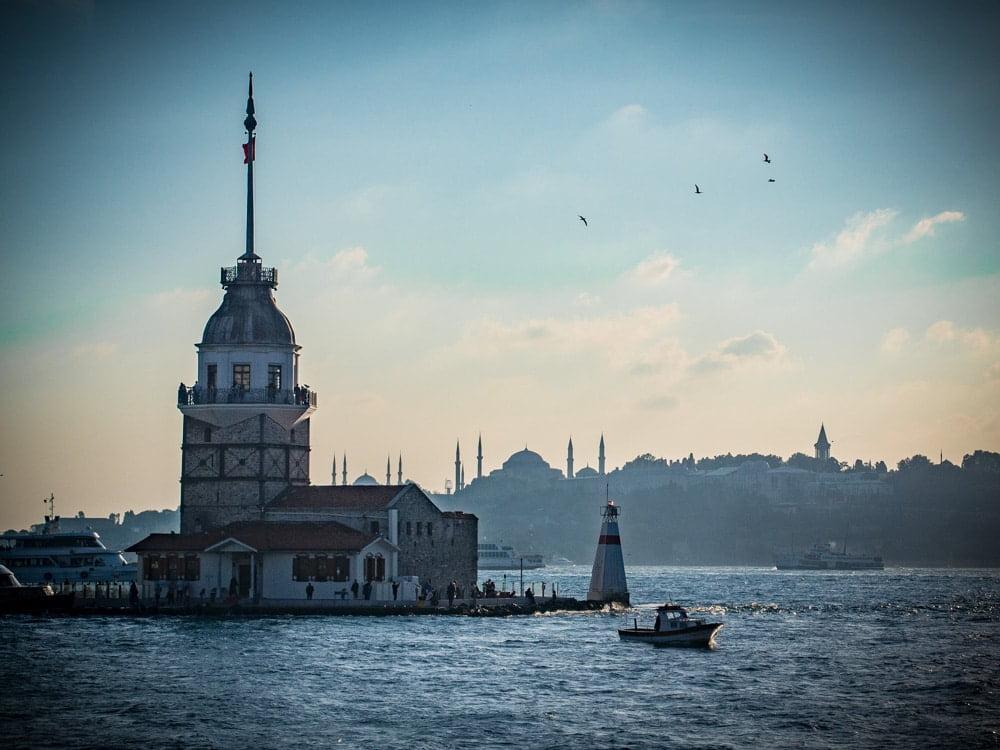 la tour leandre au coucher du soleil à istanbul