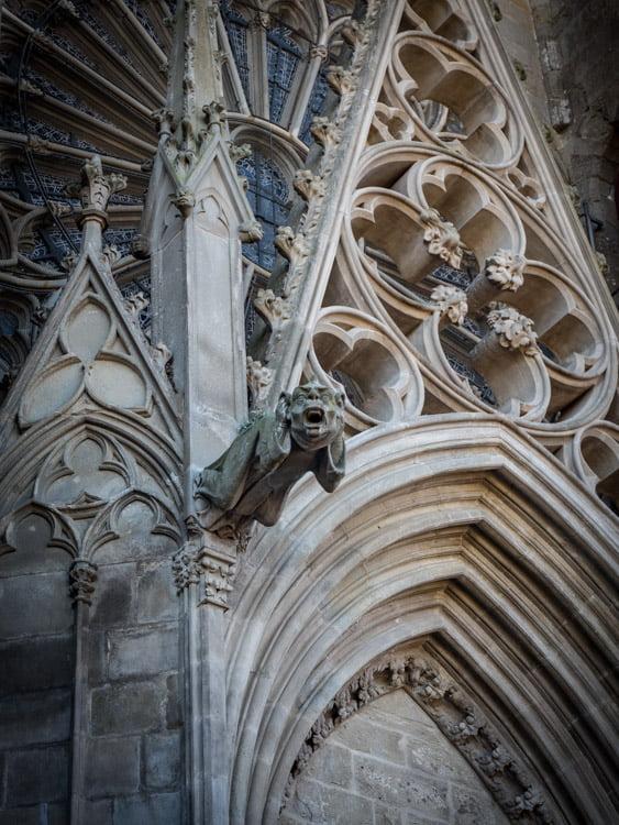 une gargouille monstre de la cathédrale saint-nazaire à l'intérieur de la cite de carcassonne patrimoine mondial unesco
