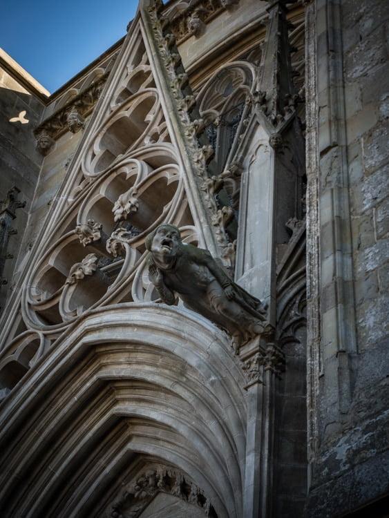 détail d'une gargouille de la cathédrale saint-nazaire à l'intérieur de la cite de carcassonne patrimoine mondial unesco