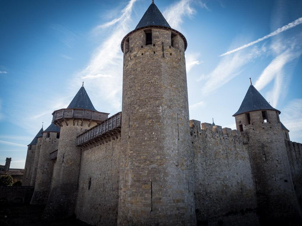 les tours de l'enceinte du château comtal dans la cathédrale saint-nazaire à l'intérieur de la cite de carcassonne patrimoine mondial unesco