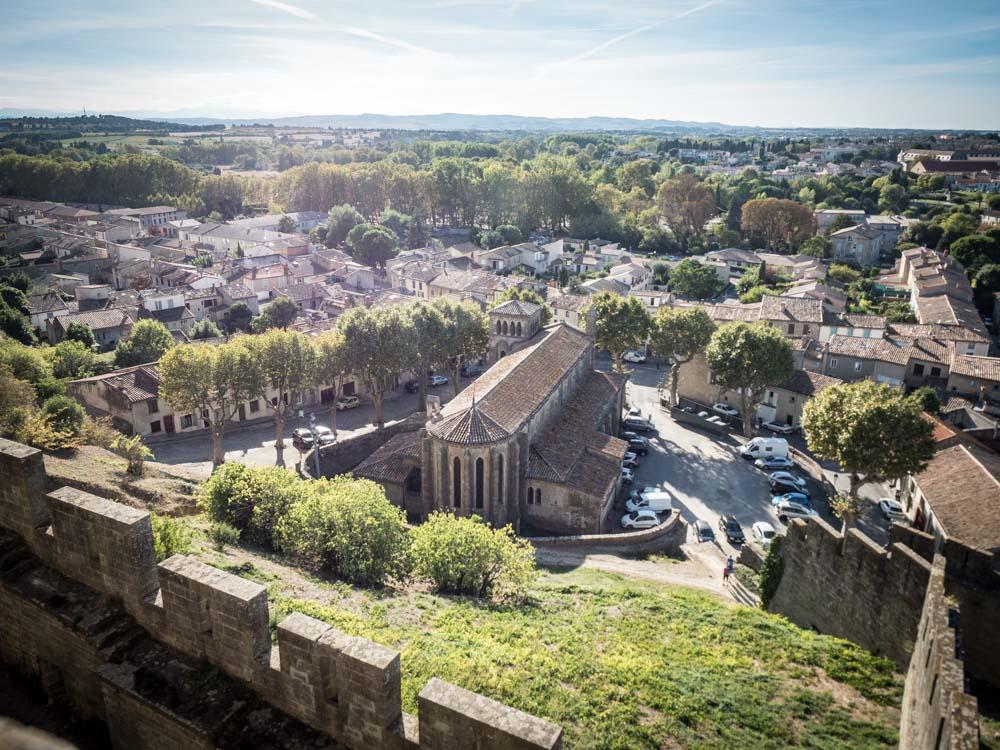 vue de la ville basse depuis la cathédrale saint-nazaire à l'intérieur de la cite de carcassonne patrimoine mondial unesco