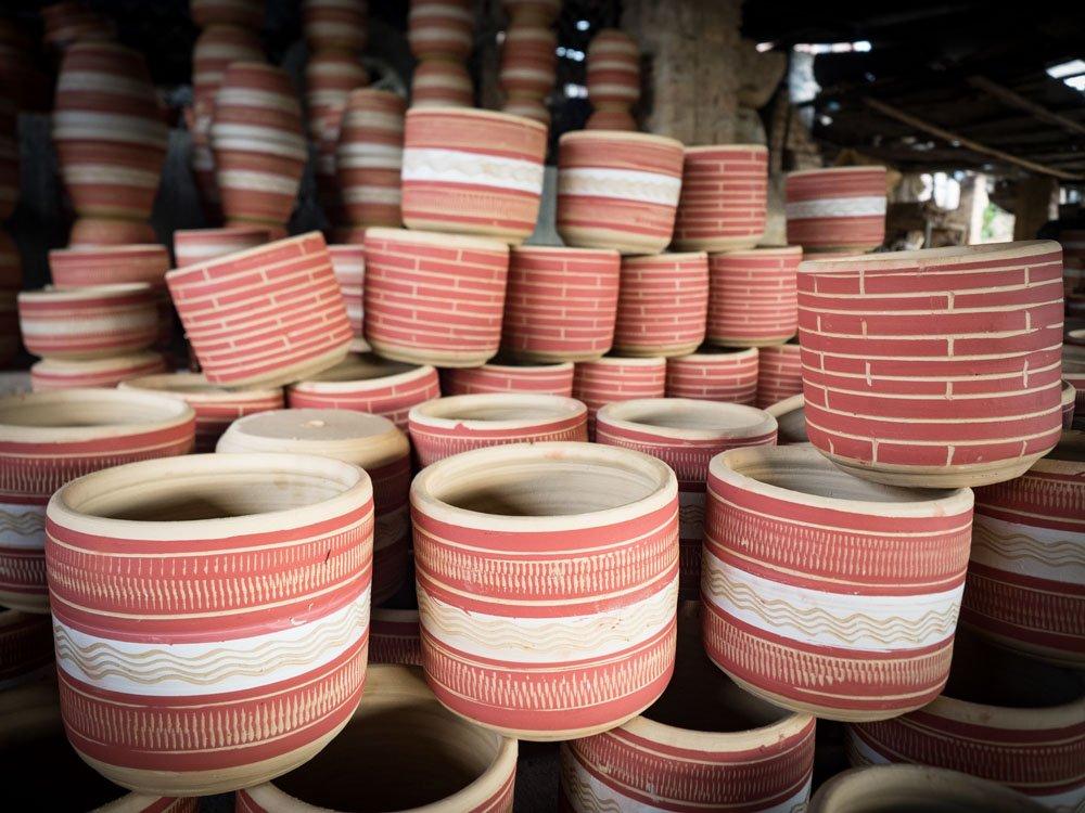tas de poterie en train de sécher dans une fabrique à raquira en colombie