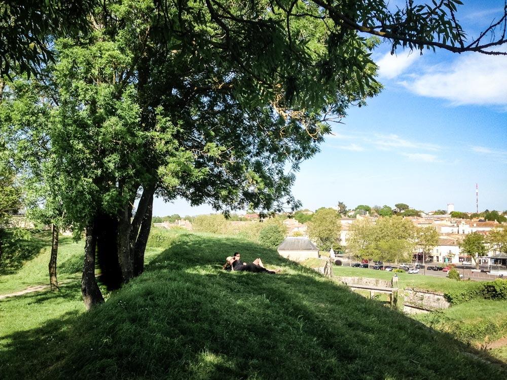 sur les remparts verdoyant de la citadelle de blaye