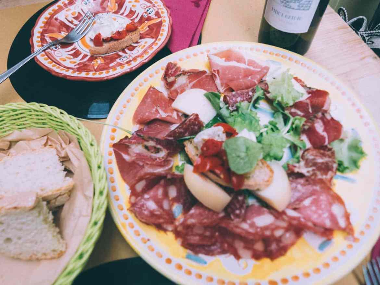 repas typique lors d'un road trip en toscane