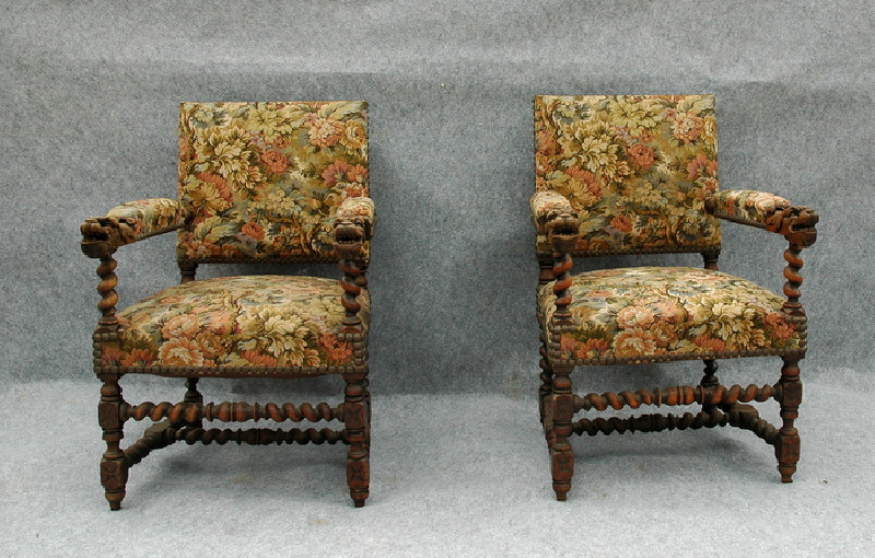 2 fauteuils louis xiii accoudoirs tetes de dragons