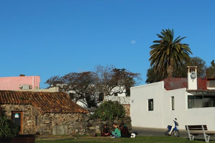 une très vieille maison portugaise, des jeunes qui boivent du maté, et la lune