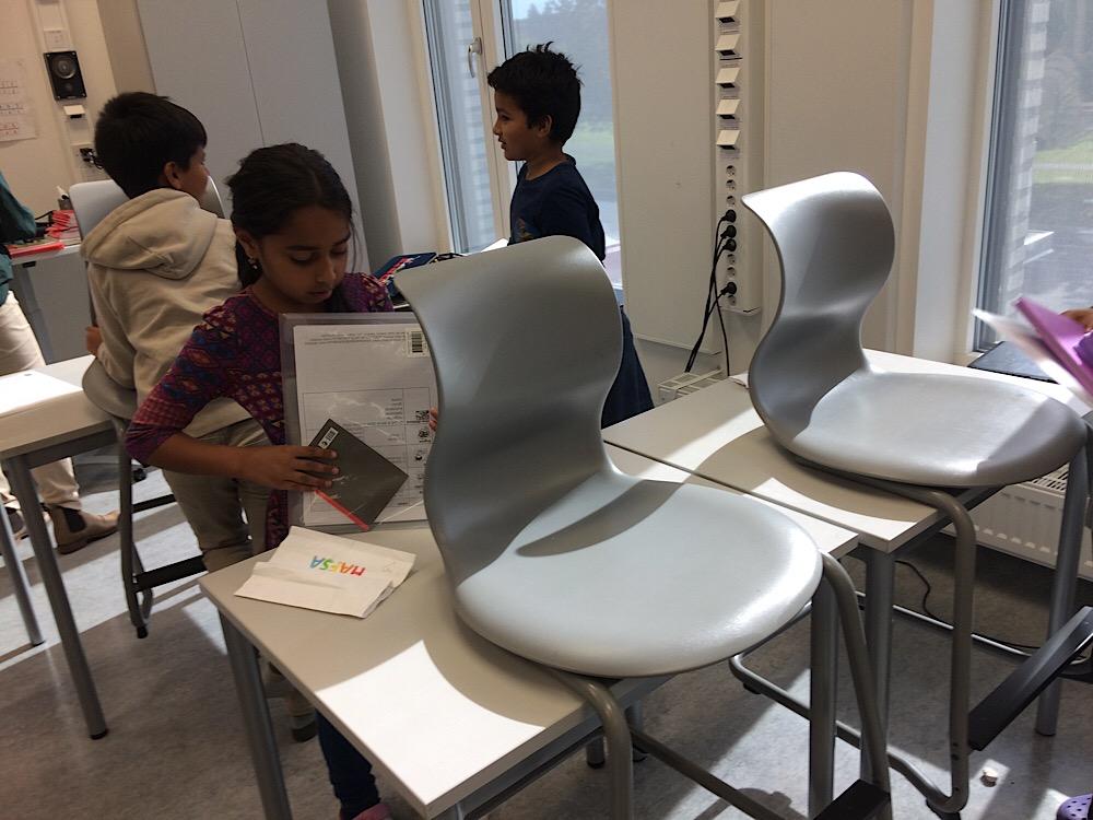 Les chaises sont rangées sur les tables de façon à permettre le nettoyage facile du sol