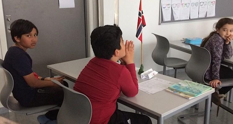C'est l'anniversaire de cet élève. Un drapeau norvégien est posé sur son bureau