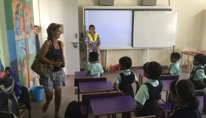 Madame Clotilde visite une classe de l'Ecole internationale De Paul à Mysore