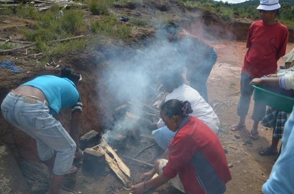 l'allumage du feu pour les pommes de terre