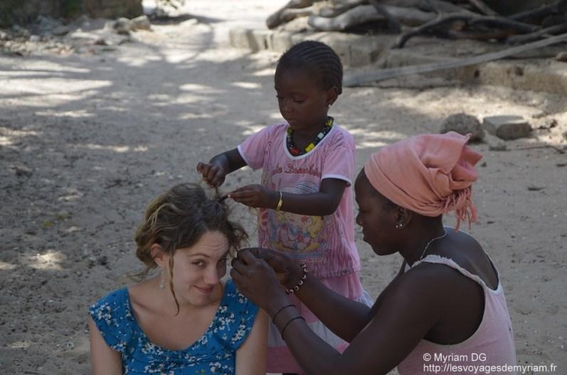 Mélanie ravis de se faire coiffer par Clo et Fatou