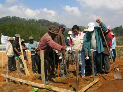 Appel à la protection des ancêtres par le sage du village, acte important avant de commencer à modifier la terre