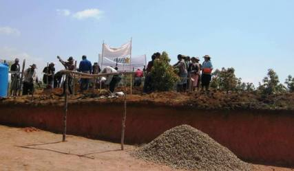 Ça y est, la construction de la cuisine dans le centre PATRAKALA est en route !! Samedi 4 octobre avec la communauté rurale des 3 fokontany de Beorana – Antsahafina – Isaonjo main dans la main avec l'équipe ODADI