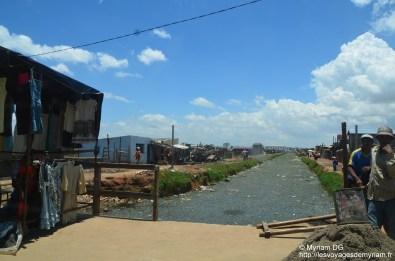 Le magnifique petit ruisseau que l'on traverse à Tana: les gens jettent leurs ordures dedans, font pipi et popo et lave leur linge dans ce gourbi. Charmant.