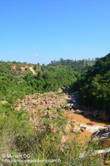 Une cascade magnifique située le long de la route