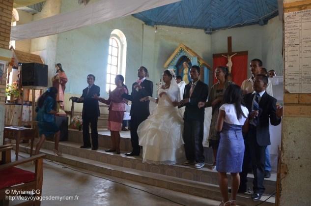 La famille du marié et de la mariée se réunissent pour chanter et danser tous ensembles.