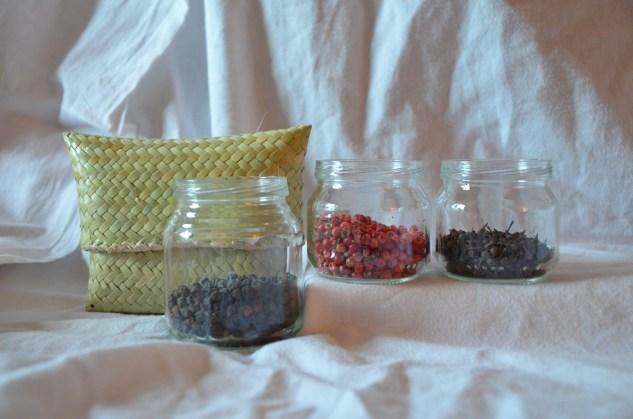 Coffret 3 épices: - 25g de poivre noir en grain de Madagascar- 10g de baies roses de Madagascar- 10g de poivre sauvage de Madagascar- 1 range épice (à choisir dans la selection) 18€
