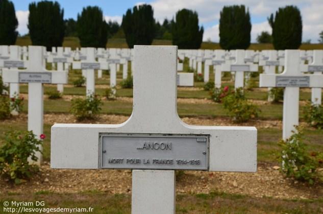 Sur certaine plaque il n'était plus possible de lire le nom et seul ce qui restait est inscrit sur la tombe. Beaucoup de tombes sont ainsi.