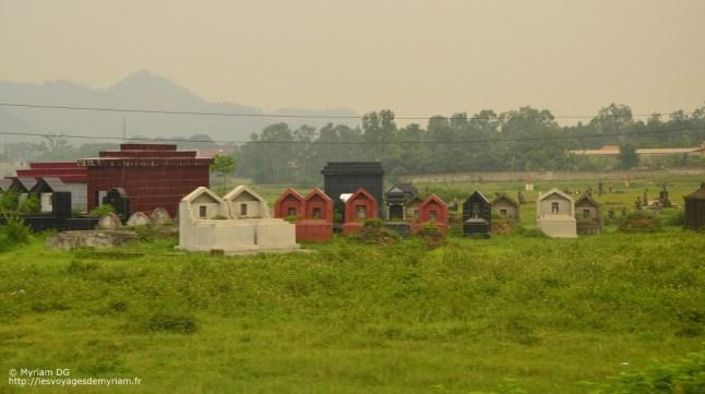 Je vous ai parlé des tombes au Vietnam.. en voilà d'autre, en plein milieu des champs.