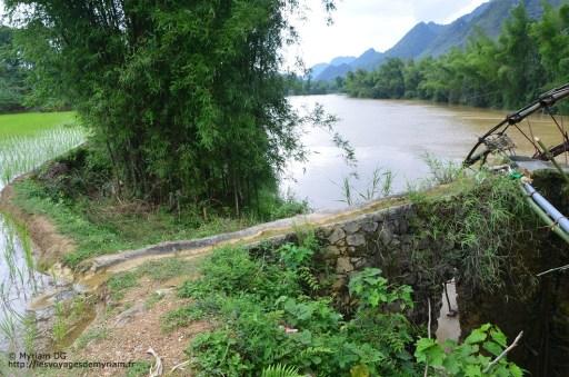 Le petit pont d'irrigation se scinde en 2 pour arroser plusieurs rizières