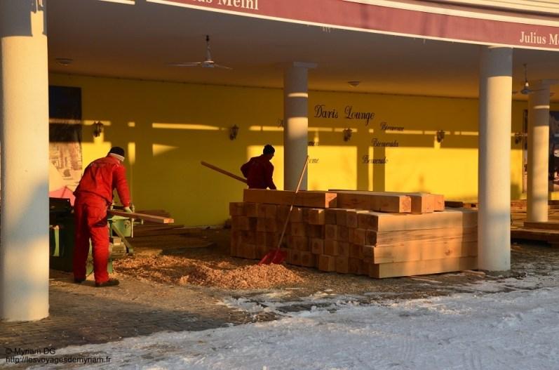 Ces messieurs étaient en train de faire une terrasse et ils découpaient les planches sur place!