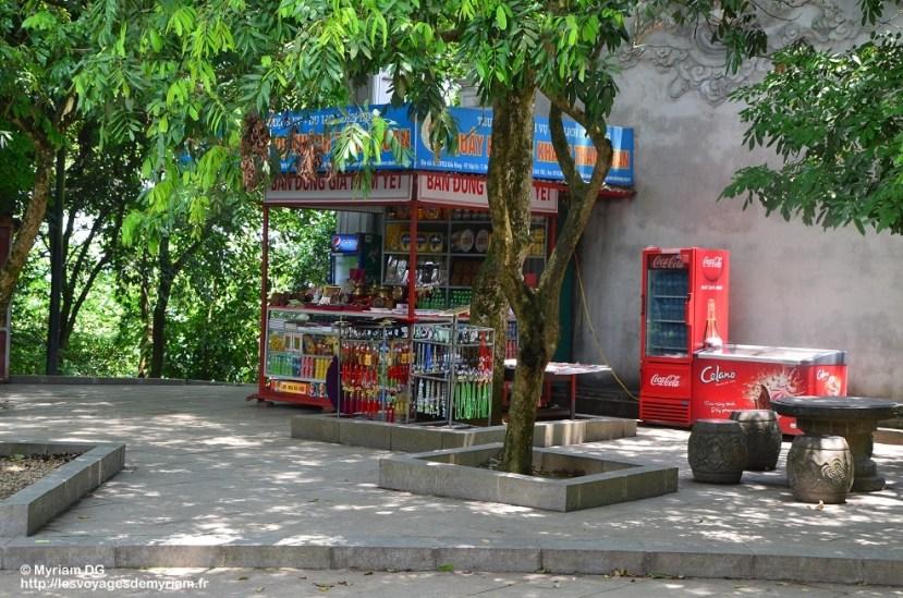 Les camelots vendent toutes sortes d'offrandes ainsi que des snacks et des boissons