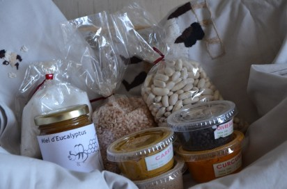 1 nappe de 2,4m sur 1,42 et ses 12 serviettes brodées (27x34), 4 pots de 20g d'épices : carry, 4 épices, poivre noir, curcuma, 1 pot de miel d'eucalyptus de 150g, 1 sachet de 150g de sucre vanillé (+ 1 gousse de vanille), 1 sachet de 200g de haricots blancs, 200g de riz