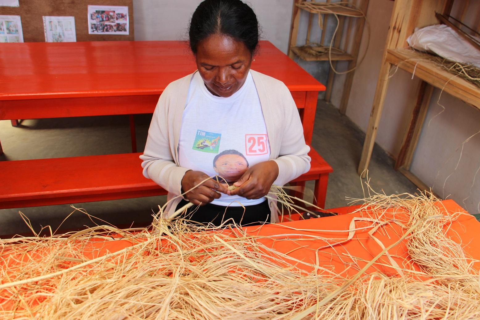 Femmes fréquentant le centre rural Patrakala et se formant à la vannerie grâce à l'association malgache ODADI et l'association française Femmes En Action