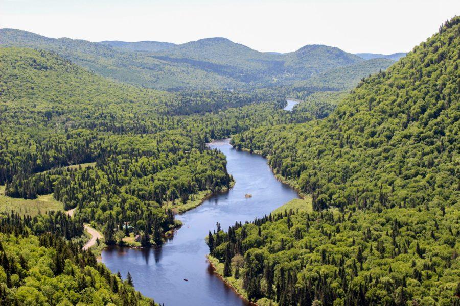 La vallée et rivière Jacques Cartier dans le parc du même nom - Québec