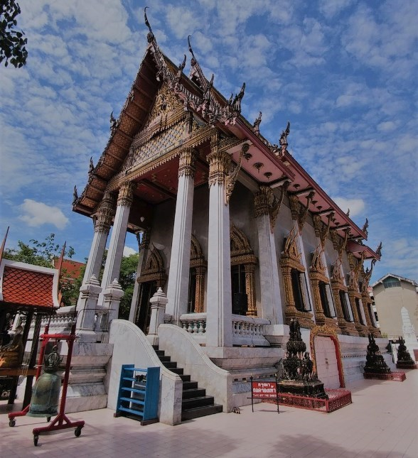 Ubosot ou chapelle autour du Grand Bouddha Doré (Wat Intharawiram)