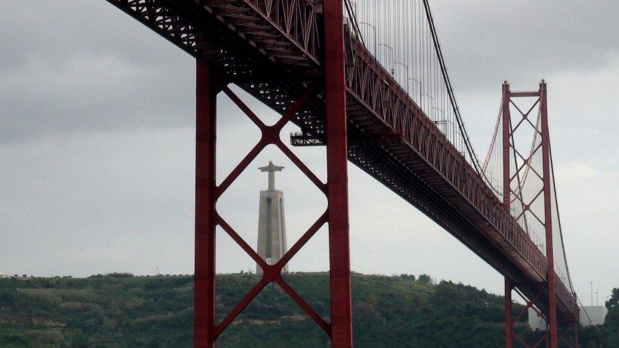 Le pont du 25 Avril et la statue du Christ Roi