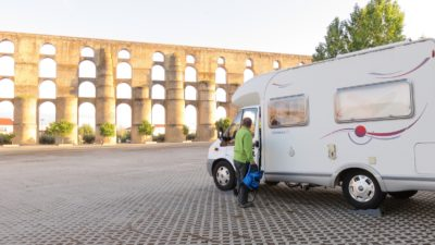 Notre camping-car devant l'Aqueduc Da Amoreira.