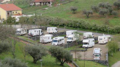 Aire de camping-car au pied du château de Bragança