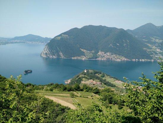 Vue sur le lac depuis le sanctuaire Della Ceriola de Monte Isola