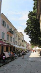 Dans les rues piétonnes de la vieille ville de Pula