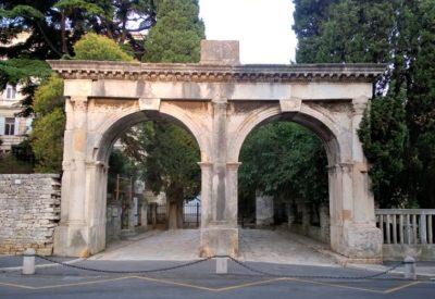 Les portes jumelles à Pula