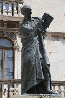 Statue de Marko Marulic écrivain et humaniste chrétien sur la place du Peuple - Split