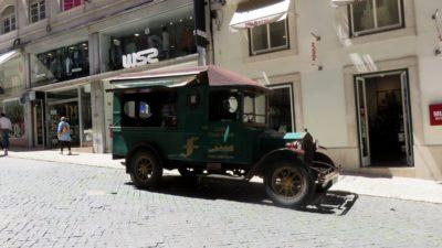 Voiture d'époque à Lisbonne