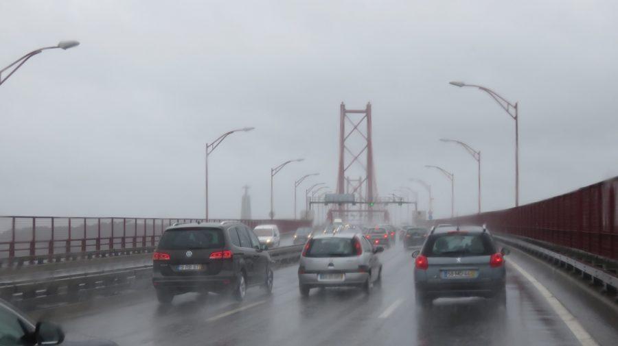 Pluie battante sur le pont du 25 Avril