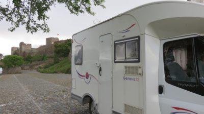 Aire de camping-car au pied du château de Monsaraz