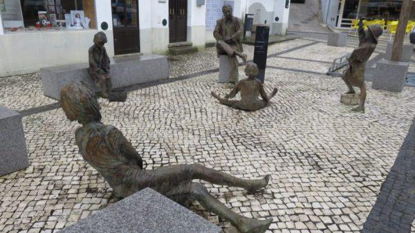 Statues en métal dans les rues de Monchique