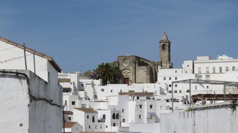 Le beau village blanc de Vejer de la Frontera dominé par l'église Divino Salvador.