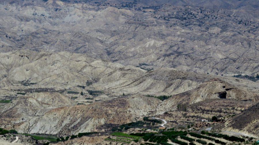 Montagnes arides sur la route des Alpujarras entre Grenade et Almeria