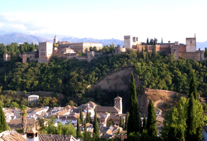 Vue sur la mosquée et sur les maisons typiques de l'Albaicin