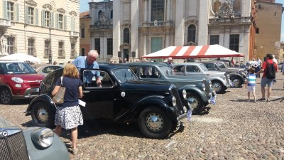 Exposition de voitures anciennes sur la piazza Sordello de Mantoue