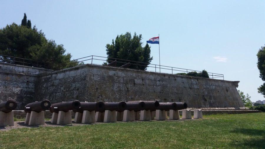 Les remparts et les canons du château de Pula