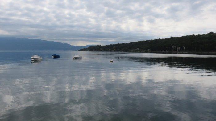 Les eaux calmes du lac de Garde au petit matin
