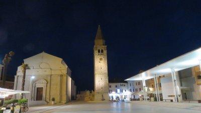 L'église et le campanile de la Sainte Vierge Marie by night à Umag