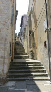 Dans Les rues de la vieille ville à Pula